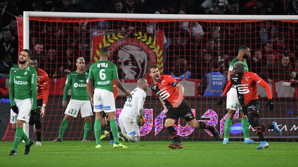 Rennes' French defender Damien Da Silva (C) celebrates after scoring a goal during the French Ligue 1 football match between Stade Rennais Football Club and AS Saint Etienne (ASSE) on December 1, 2019, at the Roazhon Park stadium in Rennes, western France. (Photo by DAMIEN MEYER / AFP)