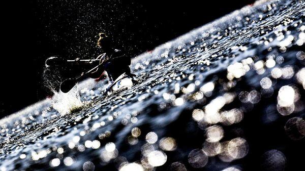 Манон Хостен и Сара Гуйо (Франция) в заезде байдарок-двоек на 500 м во время женских соревнований по гребле на байдарках и каноэ на II Европейских играх в Минске