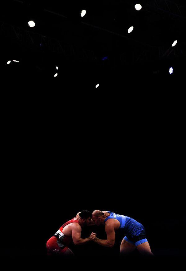 Слева направо: Фатих Ясарли (Турция) и Александр Хоцяновский (Украина) в поединке за бронзовую медаль соревнований по вольной борьбе среди мужчин в весовой категории до 125 кг на II Европейских играх в Минске