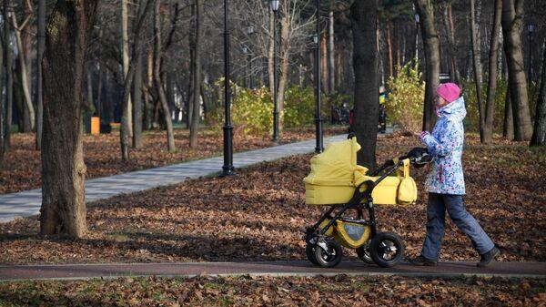 Женщина с коляской на территории Черкизовского парка в Москве
