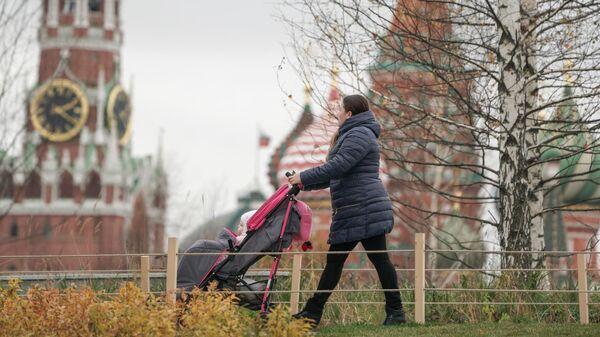 Женщина гуляет с ребенком в парке Зарядье в Москве