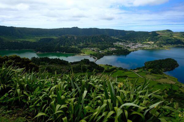Зеленое и голубое озера Сет Сидадеш на острове Сан-Мигель