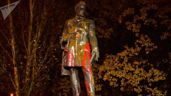 Памятник российскому поэту и дипломату Александру Грибоедову в Ереване, облитый красной краской. 3 декабря 2019