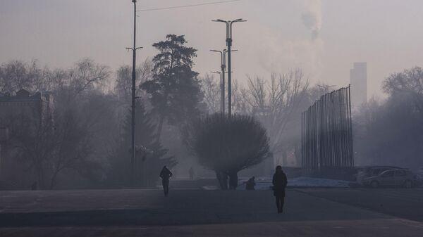 Прохожие на одной из улиц в Бишкеке