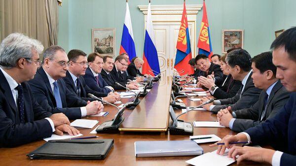 Председатель правительства РФ Дмитрий Медведев во время переговоров с премьер-министром Монголии Ухнаагийном Хурэлсухом. 3 декабря 2019
