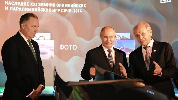 Президент РФ Владимир Путин во время посещения интерактивного информационно-образовательного центра OVAL  в Российском международном олимпийском университете. 3 декабря 2019