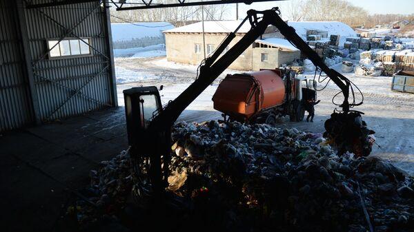 Выгрузка твердых бытовых отходов для последующей сортировки и отправки на переработку
