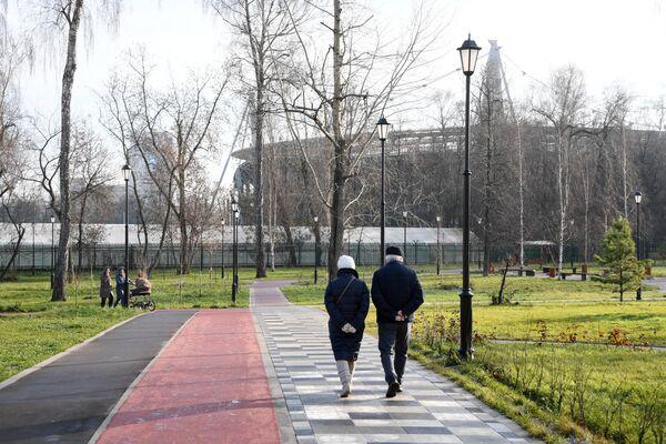 Отдыхающие на территории Детского Черкизовского парка в Москве