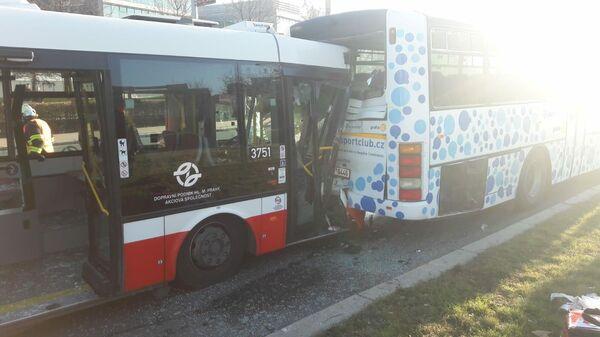 Место столкновения двух автобусов в Праге