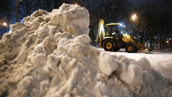 Прохожие во время снегопада в Москве