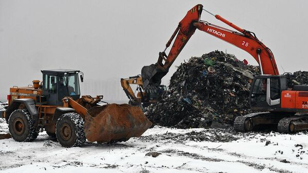 Строительная техника на полигоне твердых бытовых отходов, где проводится рекультивация