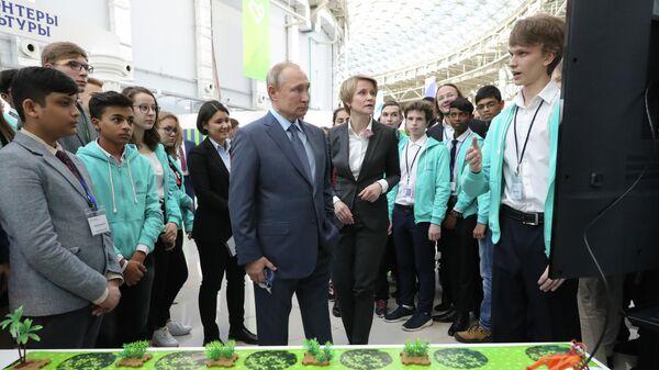 Владимир Путин осматривает стенд образовательного центра Сириус