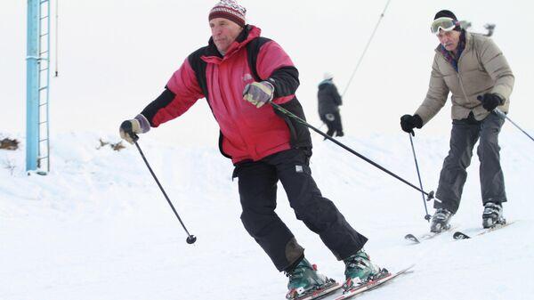 Пожилые горожане катаются на лыжах