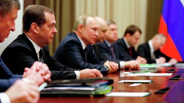 Президент России Владимир Путин и председатель правительства Дмитрий Медведев во время переговоров с президентом Белоруссии Александром Лукашенко в Сочи