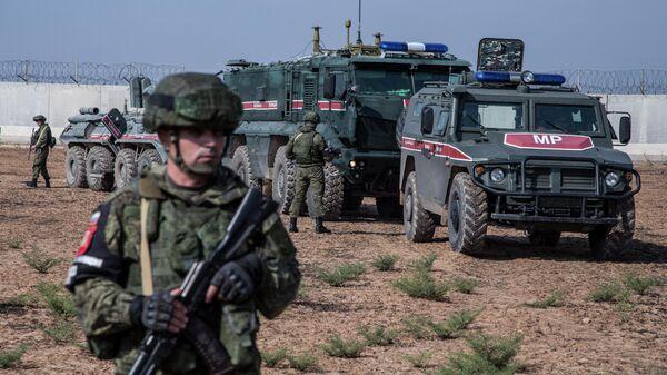 Российские военные во время совместного с Турцией патрулирования в районе города Дарбасия, Сирия