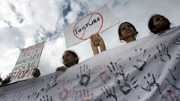 Студенты во время демонстрации, посвященной Международному дню в поддержку жертв пыток в Индии
