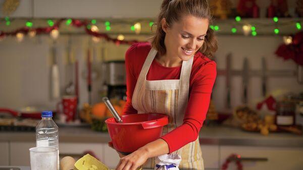 Девушка готовит печенья на кухне