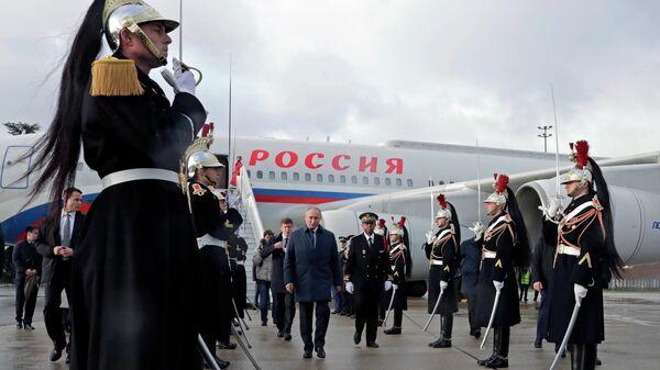 Президент РФ Владимир Путин во время церемонии встречи в аэропорту Шарль де Голль в Париже