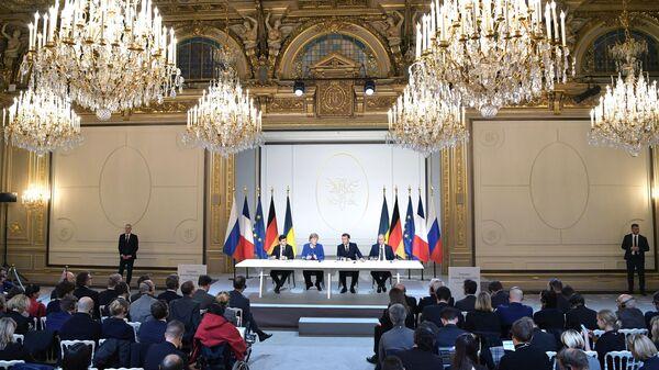Президент РФ Владимир Путин, президент Франции Эммануэль Макрон, федеральный канцлер Германии Ангела Меркель и президент Украины Владимир Зеленский во время встречи