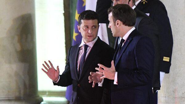Президент Украины Владимир Зеленский и президент Франции Эммануэль Макрон прощаются после  встречи в Нормандском формате