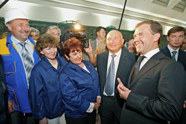 Президент России Дмитрий Медведев и мэр столицы Юрий Лужков во время церемонии открытия новой станции столичного метро Славянский бульвар. 7 сентября 2008