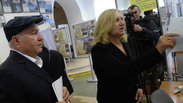 Бывший мэр Москвы Юрий Лужков с супругой Еленой Батуриной в единый день голосования на избирательном участке № 142 в Москве