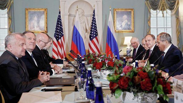 Министр иностранных дел РФ РФ Сергей Лавров, посол России в США Анатолий Антонов и госсекретарь США Майк Помпео во время встречи в Вашингтоне