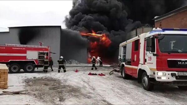 Кадры с места пожара на лакокрасочном заводе в Екатеринбурге