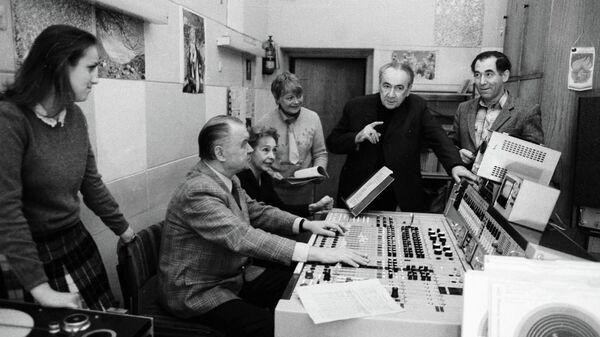 Руководители и ведущие радиопередачи Радионяня готовят очередной выпуск в студии.