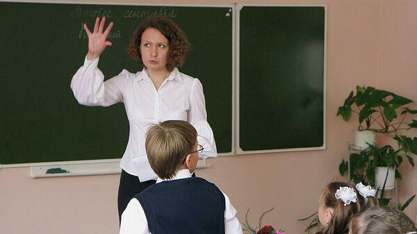 Учительница русского языка и литературы во время урока