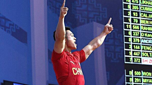 Трехкратный чемпион мира китайский тяжелоатлет Ши Чжиюн