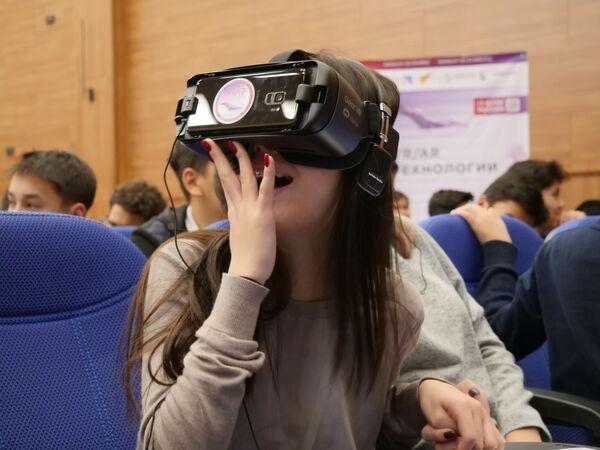 Киргизская школьница в VR-очках