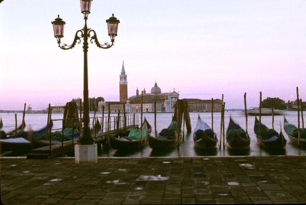 Венецианские гондолы у причала