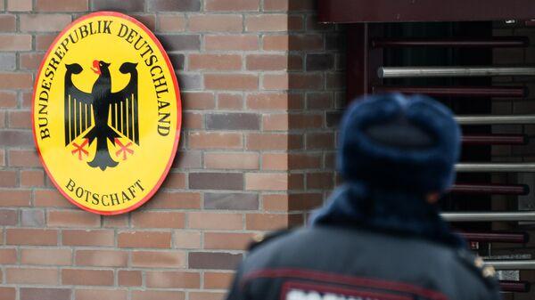 Сотрудник полиции у посольства Германии в Москве