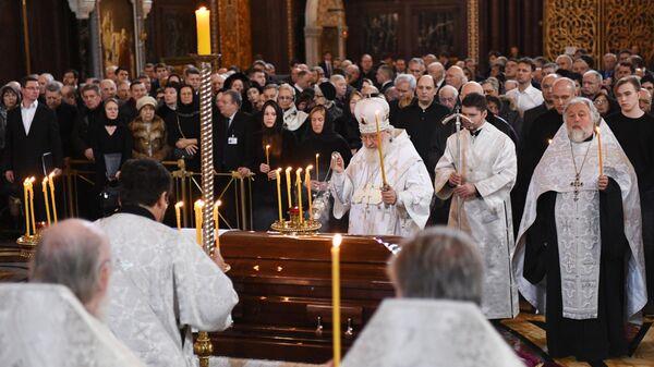Патриарх Московский и всея Руси Кирилл проводит отпевание бывшего мэра Москвы Юрия Лужкова