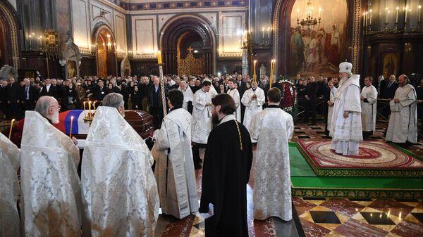 Патриарх Московский и всея Руси Кирилл проводит отпевание бывшего мэра Москвы Юрия Лужкова в храме Христа Спасителя