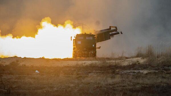Пуск ракеты из американской ракетно-артиллерийская система оперативно-тактического назначения