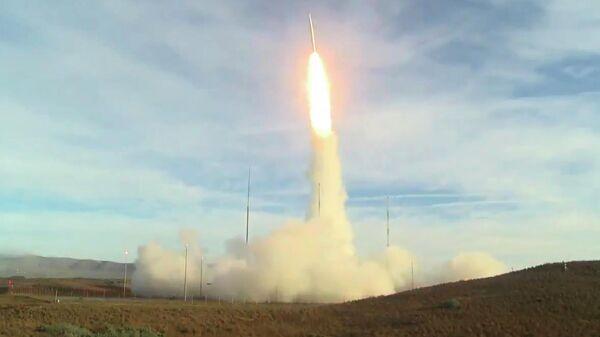 Запуск баллистической ракеты с авиабазы Ванденберг в Калифорнии