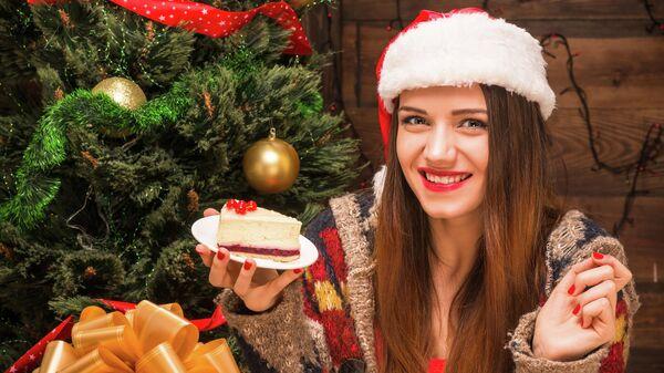 Девушка с кусочком торта