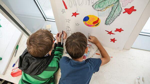 Дети рисуют открытку к Новому году