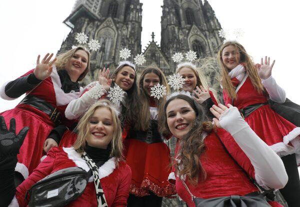 Девушки позируют перед Кельнским собором
