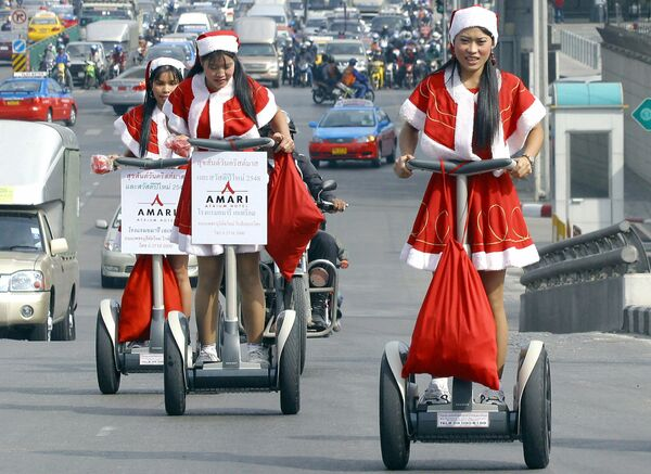 Девушки в костюмах Санта-Клауса в центре Бангкока