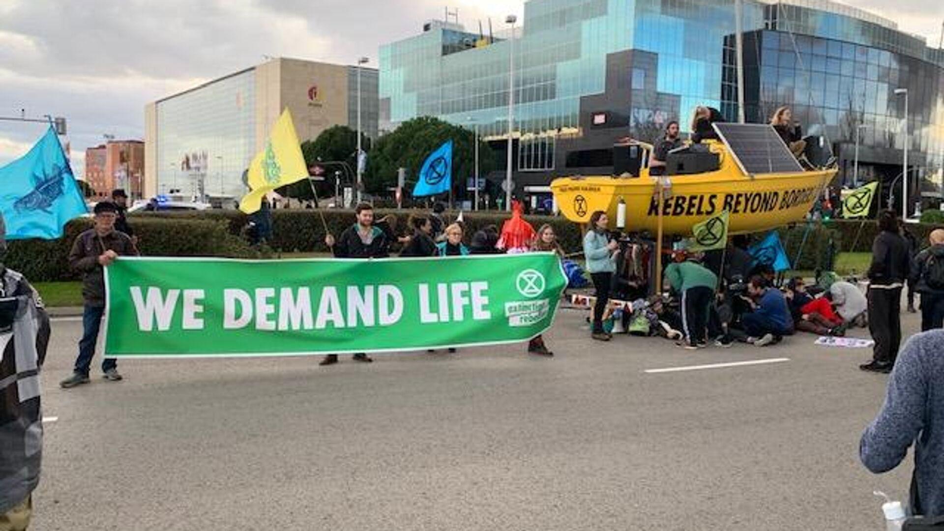 Экоактивисты устроили акцию протеста перед выставочным комплексом Ifema, где завершается климатическая конференция COP 25 в Мадриде - РИА Новости, 1920, 24.09.2021