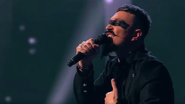 Ив Набиев исполняет песню Ausländer группы Rammstein