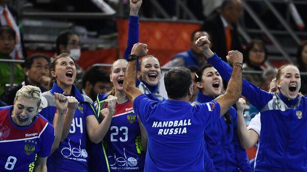 Гандболистки сборной России и главный тренер команды Амброс Мартин (на первом плане)