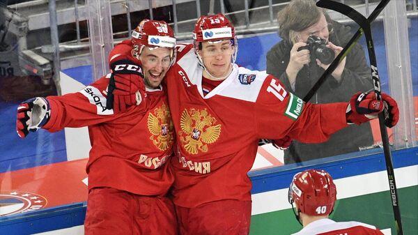 Хоккеисты сборной России Антон Слепышев и Павел Карнаухов