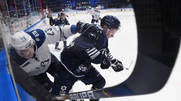 Игрок Динамо Дмитрий Яшкин (слева) и игрок Адмирала Кирилл Дьяков в матче регулярного чемпионата Континентальной хоккейной лиги между ХК Адмирал (Владивосток) и ХК Динамо (Москва).