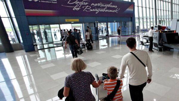 Пассажиры в аэропорту Владивосток