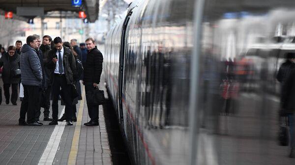 Пассажиры у поезда Сапсан на Ленинградском вокзале Москвы