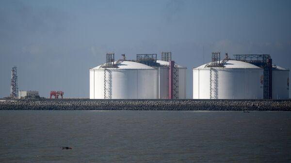Резервуары для хранения сжиженного природного газа (СПГ) в порту Цзянсу Жудун в КНР